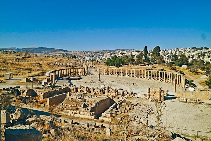 不論是羅馬浴場或是宙斯神殿及其他古羅馬建築,均保存得十分完好。