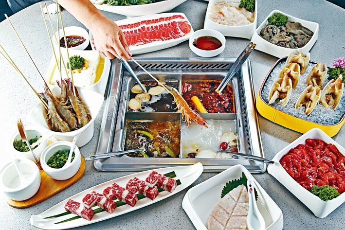 四宮格火鍋,可自選湯底如青椒(左前)、三鮮(右前)、菌湯(左後)及清油麻辣(右後),各$38。另可柯打各款肉食及海鮮等,自由配搭。