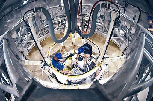「中國天眼」發現脈衝星,圖為工作人員在天眼饋源艙內工作。