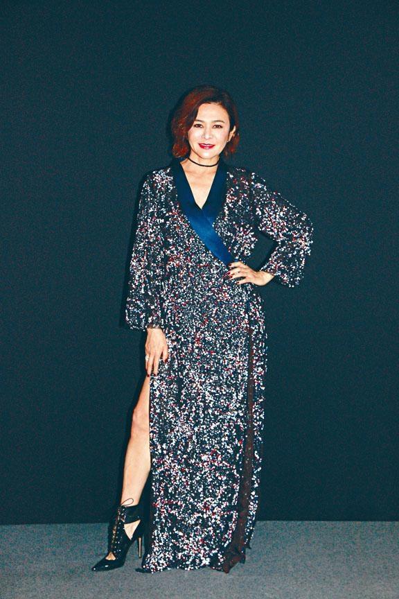 關之琳昨晚一身亮麗打扮,於上海出席自家品牌的時裝騷。