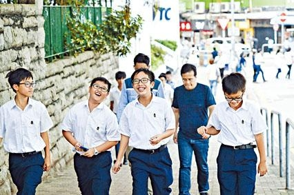 《施政報告》提出全港中學下學年起,初中中史須以獨立必修科教授,以加強培養學生的國家觀念。