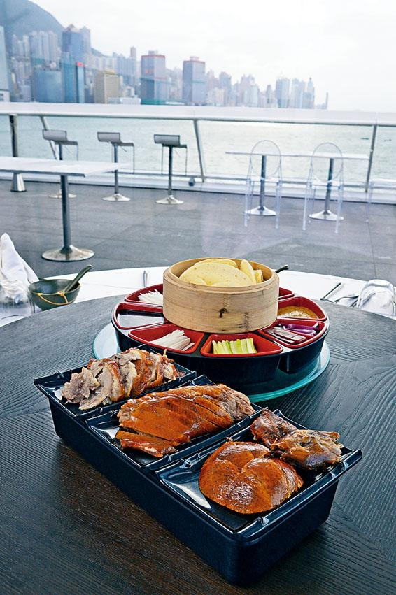 馳名羲和烤鴨,烤鴨三吃分為鴨皮、鴨胸肉及鴨腿肉,配以特色醬料品嘗,加上迷人景致伴餐,享受一流。