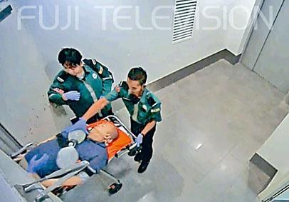 吉隆坡機場閉路電視拍到金正男躺在擔架上。