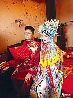 這對「富二代」新人身着中式結婚裙褂,顯得貴氣十足。