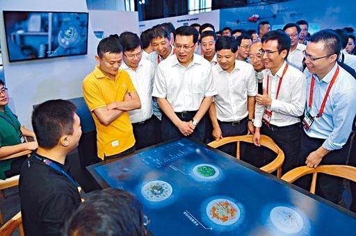 浙江省長袁家軍和馬雲一起體驗螞蟻「無人餐廳」。