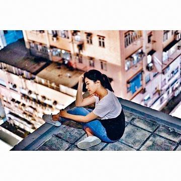 劉佩玥上載一張危坐天台的照片,惹人擔心。