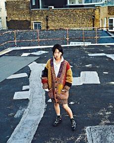 周冬雨上月於倫敦拍攝品牌系列女裝。