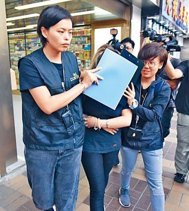 旅遊度假推廣公司女董事遭海關人員拘捕。