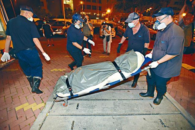 清河邨揭發夫婦雙屍命案,仵工將男死者屍體移送殮房。