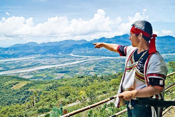 站在山頂觀景台可遠眺花東縱谷美景。
