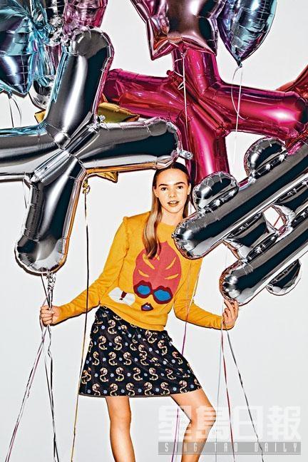 Miss Social插畫圖案橙色針織上衣/$2,880、S字母與Social字樣印花圖案半截裙/$1,580。