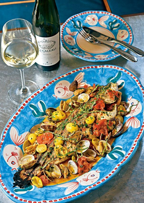 Branzino Acqua Pazza,意大利直送的鱸魚以炭火烤煮,加入以新鮮日本蜆、車厘茄及魚湯等熬成醬汁,肉質嫩滑可口,啖啖鮮味。