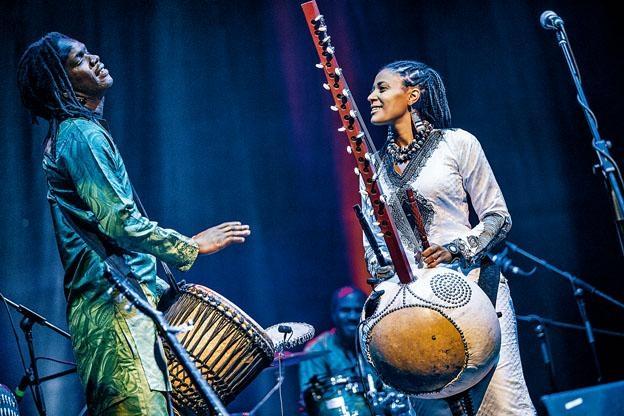 素娜‧祖巴特與樂隊(Sona Jobarteh and Band)將於11月呈獻《非洲豎琴音樂會》。