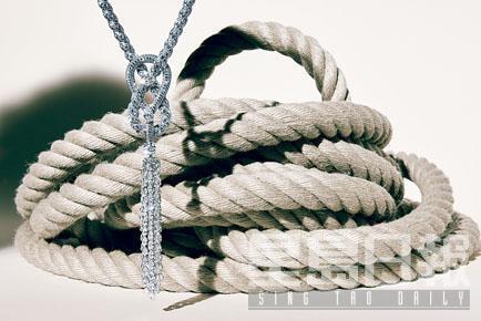 新系列中不少作品都以船上的纜繩為靈感,如這條Endless Knot項鏈便是勾勒其多變的綫條美。
