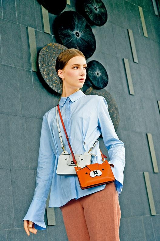 Carven藍色恤衫\$2,990、珊瑚色長褲\售價待定,分別以狐狸及愛斯基摩犬為設計造型的Anya Hindmarch皮革小手袋\各\$5,900。
