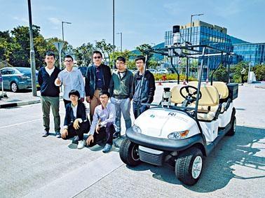 科大機器人與多感知實驗室團隊成功研製全港首部無人車,實驗室主任劉明(後排中)指,下一步會朝研製無人房車方向發展。