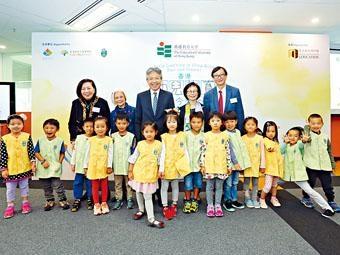 教大校長張仁良(後排中)昨主持「香港幼兒教育今昔」展覽開幕禮。