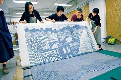 外國藝術家與香港新進版畫藝術家互相交流。