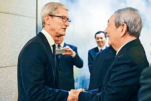 朱鎔基與蘋果公司庫克握手。