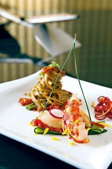 西班牙紅蝦四吃,將蝦身煎香,蝦頭煮麵豉湯,蝦膏配搭稻庭烏冬,蝦腳烘乾炒成小食。