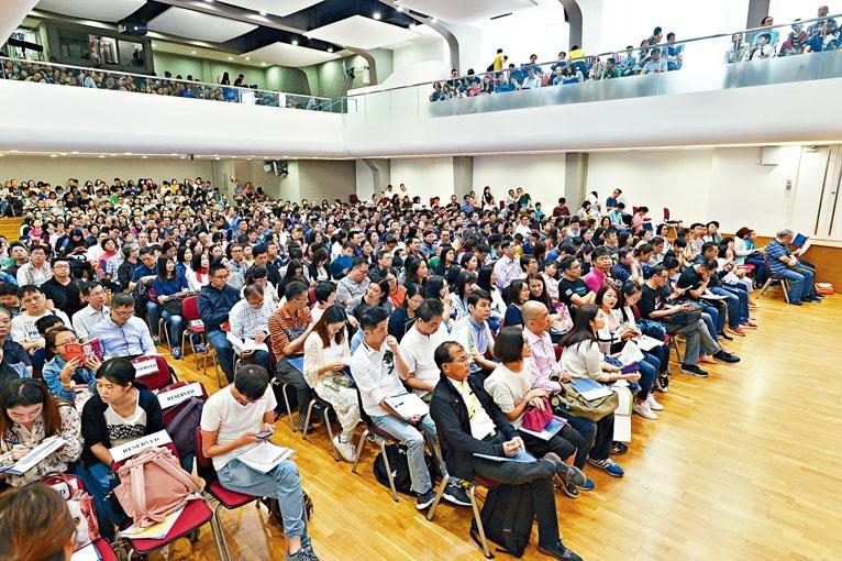 ■聖保羅男女中學可容納一千二百人的禮堂座無虛席,學校更加開四層課室作直播。
