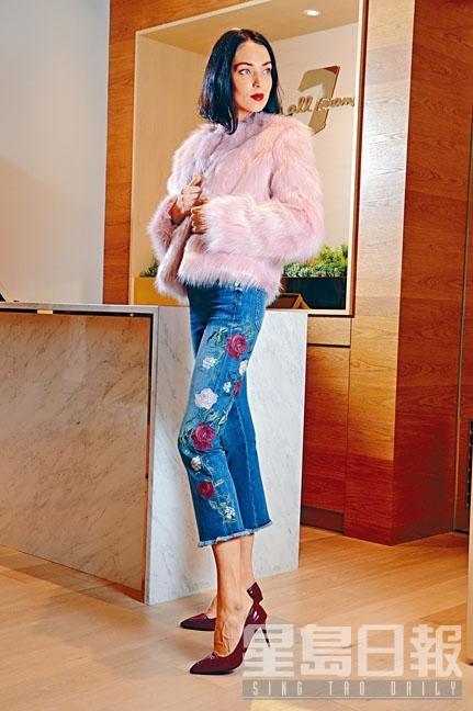 粉紅色仿皮草外套、紅白色花刺繡牛仔褲。
