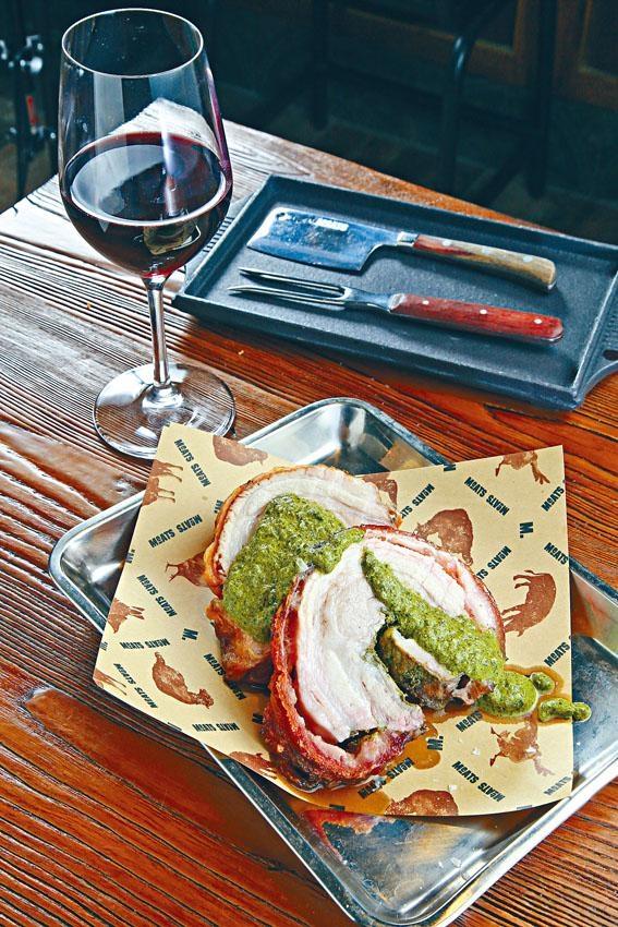 Iberian Porchetta嚴選西班牙黑毛豬的豬腩肉部位,以多款香草醃製,烤焗後皮脆肉嫩。