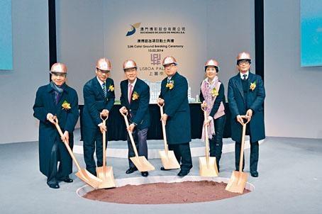 上葡京項目受颱風和早前的火災影響,爭取在明年完成。