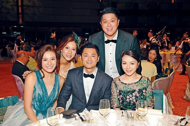 蕭潤邦與JW都有共同好朋友。