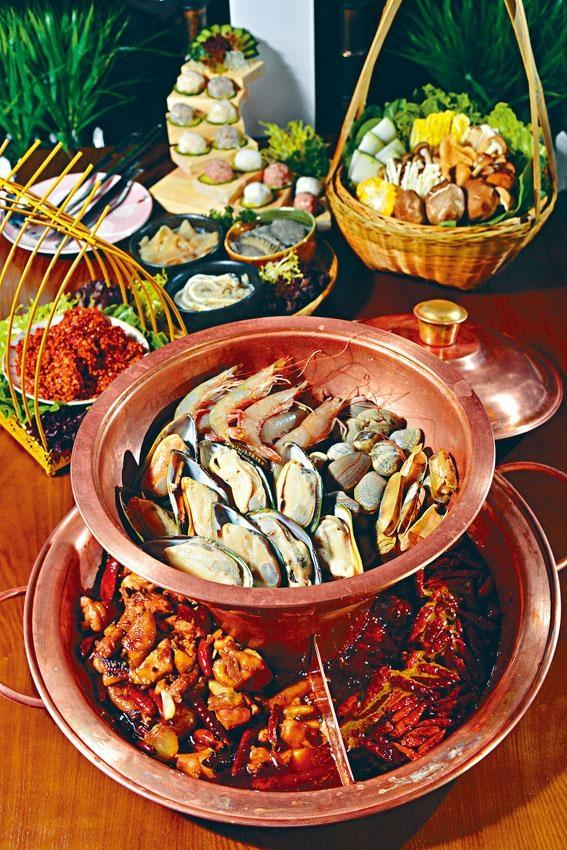 一鍋三吃,巨型銅鍋極具氣勢,可選擇重慶紅油鍋、火鍋雞一隻,加上頂層的蒸氣海鮮,非常豐富!