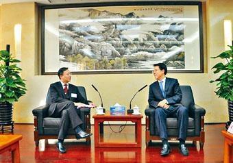 港澳辦主任張曉明昨日會見大律師公會訪京團,並指中央十分重視「一國兩制」的制度。