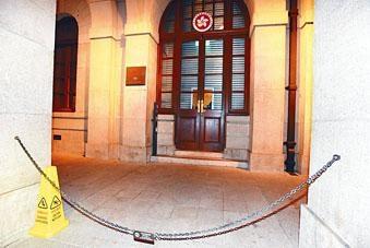 終審法院大門遭內地男子掟雪糕筒。