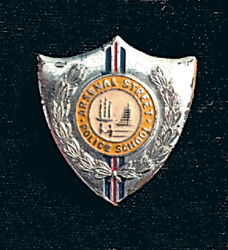 图为军器厂街的警察小学校徽.