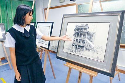 負責導賞今次畫展的黃綺婷同學,為參觀者介紹作品。