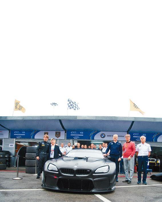 M6 GT3 Art Car 18創作者曹斐,聯同車手Augusto Farfus及寶馬中國及BMW Team Schnitzer代表,一同在澳門賽車現場合照。