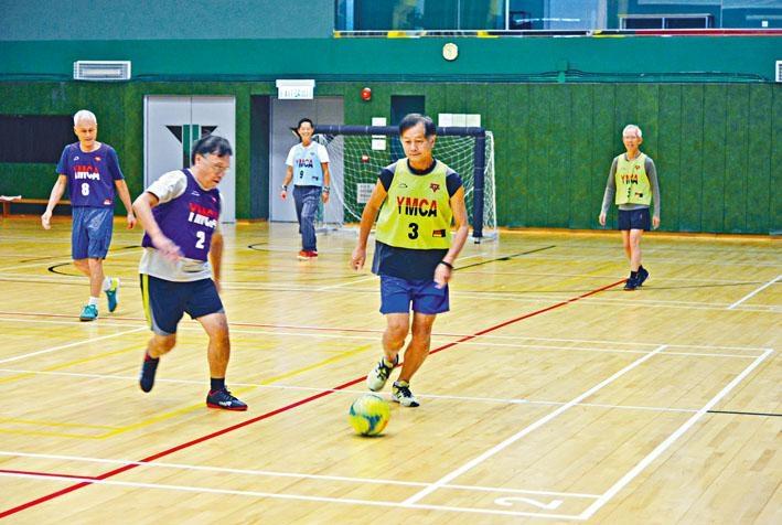 ●健步足球把傳統足球玩法稍作調整,減少激烈程度。