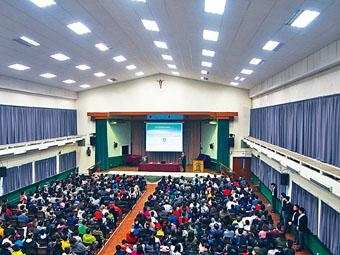 ■中西區傳統名校聖若瑟書院昨日舉行升中簡介會,近千人出席。
