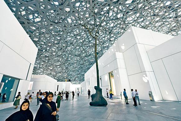 以棕櫚樹影子為概念的鏤空金屬穹頂,可透出星雨光影。