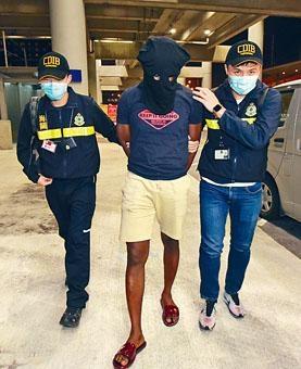 ■關員拘捕涉案非洲裔聲請漢。