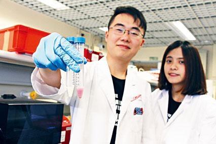 中大基因工程隊伍設計出「甲型流感病毒快速測試」系統。隊長杜正悅(左)指,當溶液轉為紅色代表病毒存在。