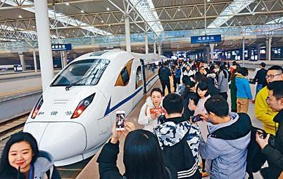 ■西成高鐵昨日開通,首發式吸引大批傳媒到場。
