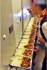視頻顯示,一名空姐「偷吃」旅客餐盒,航空公司指是「試吃」。