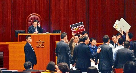 民主派多名議員衝擊主席台,引發一輪混亂。