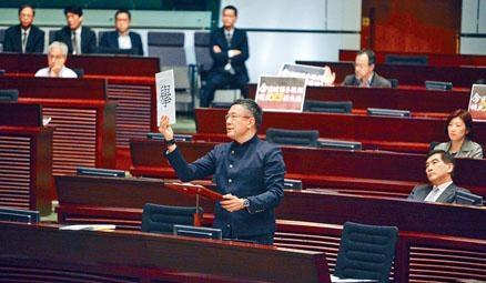 謝偉俊批評民主派「係又拉唔係又拉」。