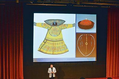 單霽翔表示西九故宮博物館的首層空間,將會展示一組宮殿皇帝寶座,呈現故宮昔日情景。