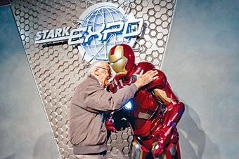Stan Lee到訪香港迪士尼,探望「老友」Iron Man,二人相見甚歡。