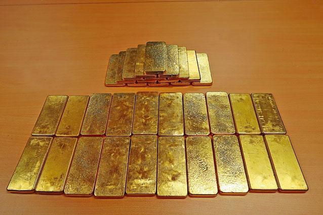 海關在深圳灣一輛來港私家車車尾廂,搜獲三十五條金條。
