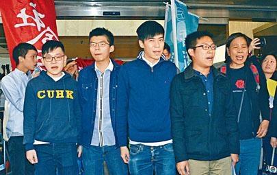 黃之鋒(前排左二)、岑敖暉(前排中)及黃浩銘(前排左四)等被告押後判刑。