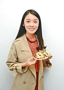香港營養師學會認可營養師黃鶯(Annie Wong),「家營營養中心」營養師、香港中文大學食物及營養科學學士。閒時遊遍香港大街小巷、超市和雜貨店,搜尋美味又有營養的食物,以最簡便的方式炮製健康美食。