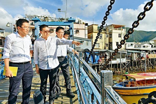 ■發展局局長黃偉綸(左一)較早前,與多個政府部門到大澳了解發展情況。